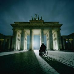 #BerlinWall Helmut Kohl devant la porte de Brandebourg #Berlin (par @BILD)