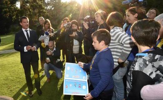 Pris pour « un journaliste» par des enfants Emmanuel Valls s'énerve presque